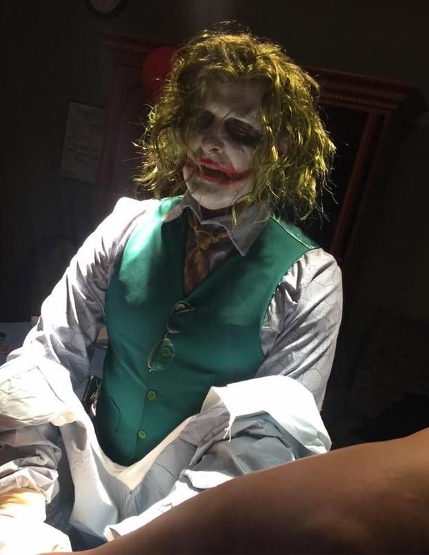 Un doctor se disfraza de Joker en Halloween para atender un parto