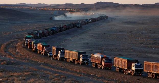 La muralla de camiones: el espectacular embotellamiento de 130 km en la frontera entre Mongolia y China