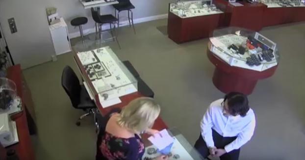 Sin complicaciones, sin armas y sin agresividad: Así robó un diamante de 23.000 euros