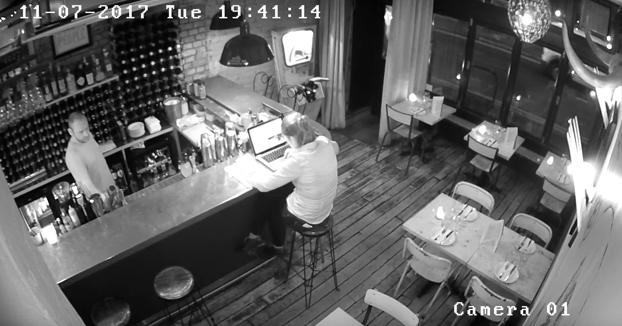 Estaba tan tranquila ella con su ordenador portátil en el restaurante, cuando de repente...