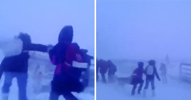 Niños volviendo a casa del colegio en Yakutia, Rusia a una temperatura de -44ºC y violentos vientos