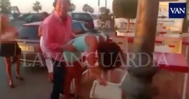 Pipi Estrada desatado haciendo ''twerking'' con una joven en Mojácar