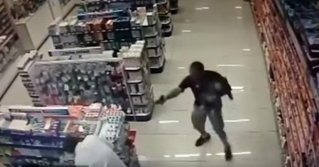 Un policía fuera de servicio dispara y mata a dos atracadores con su bebé en brazos (Vídeo)