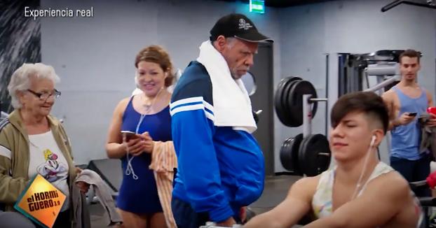 Rafael, un hombre de 72 años, le da una lección a los jóvenes de un gimnasio