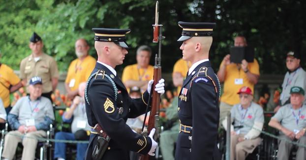 La hipnótica inspección de armas que hace un Comandante de la Guardia en el Cementerio Nacional de Arlington