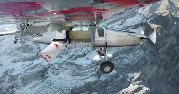 Dos saltadores base alcanzan una avioneta en pleno vuelo