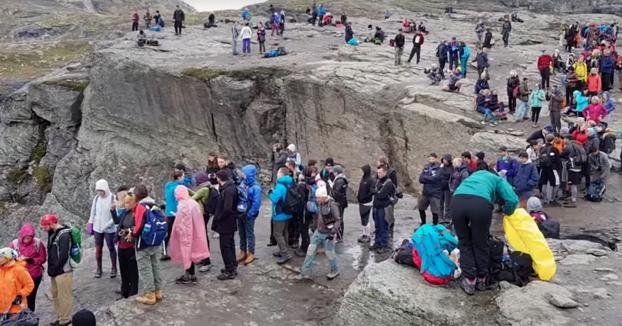 Cola de turistas para hacerse la famosa foto en Trolltunga, la lengua de troll en Noruega