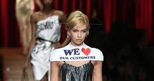 Moschino vende un vestido inspirado en una bolsa de tintorería