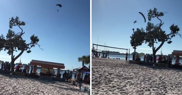 Santa Claus llega en paracaídas a una playa de Florida y se le acaba complicando el aterrizaje