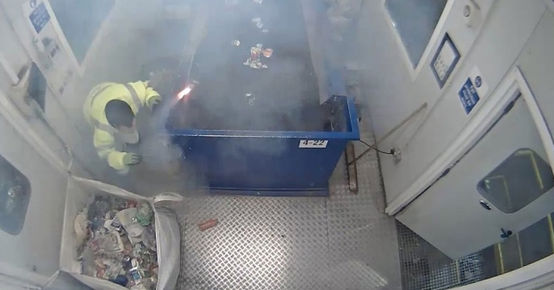 A este trabajador de un centro de reciclaje le explota una bengala en las manos en el área de clasificación manual