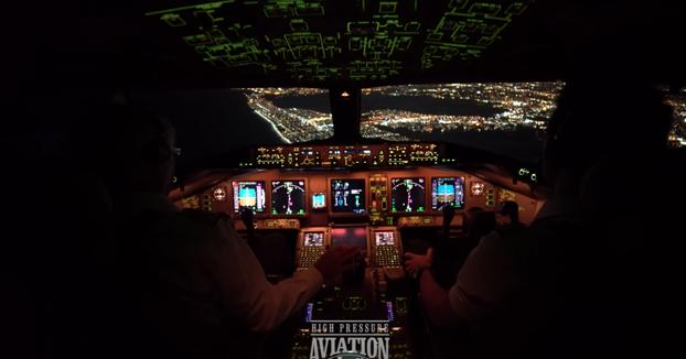Desde la cabina: Un Boeing 777 aterrizando de noche en el aeropuerto más concurrido de Nueva York