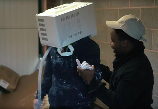 Un youtuber a punto de morir al meter la cabeza en un microondas y sellarlo con cemento