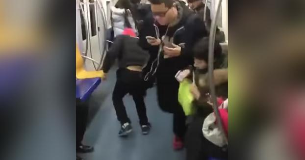 Cómo conseguir un asiento en el metro en hora punta cuando están todos ocupados