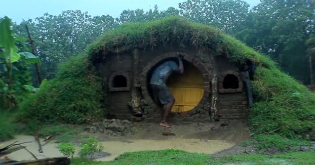 Este tío ha construido su casa para hobbits desde cero
