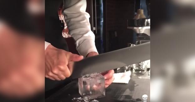 Este tío es experto en cortar cubitos de hielo en forma de diamantes