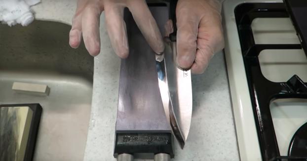 El resultado de afilar un cuchillo de 1$ con una piedra afiladora de 300$