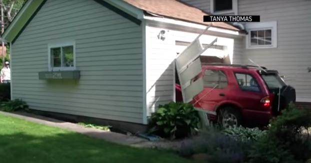 Tiene 91 años y ha cumplido su sueño: Salir del garaje destrozando la puerta con el coche