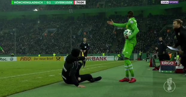 Heiko Herrlich, entrenador del Bayer Leverkusen simula una exagerada caída y será investigado