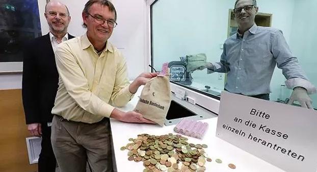 Un empleado del banco central alemán lleva seis meses contando a mano 1,2 millones de monedas de una herencia
