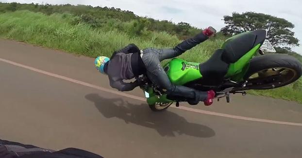 Intenta hacer una acrobacia con su Kawasaki Z750 y le acaba cayendo la moto en sus partes íntimas