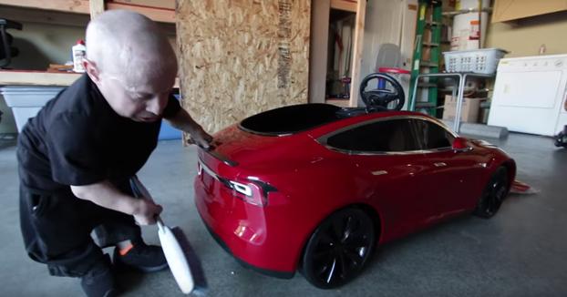 El actor Verne Troyer hace un unboxing de su nuevo coche: Un mini Tesla