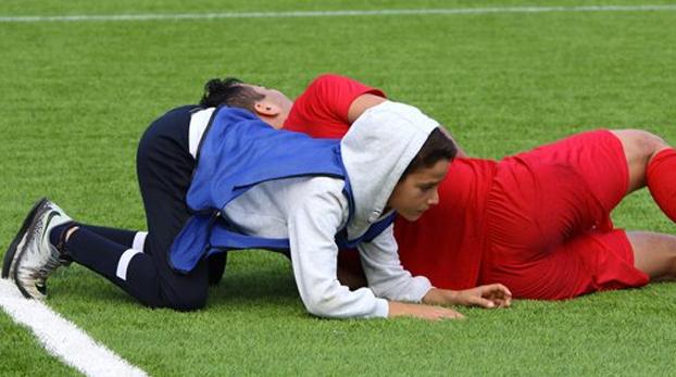 Moisés, el recogepelotas de 12 años que saltó al campo a socorrer a un jugador haciendo la maniobra de la almohada