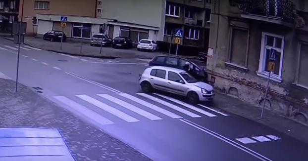 No era su hora: Mujer se salva de ser atropellada por dos coches tras una colisión