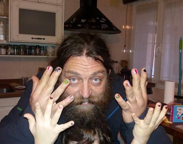 Un padre vasco se pinta las uñas para apoyar a su hijo de cinco años después de las burlas de otros niños