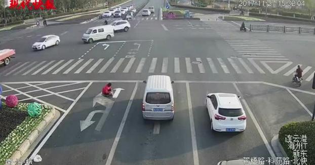 Pinta sus propias señales en la carretera para evitar el tráfico de la mañana
