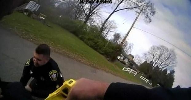 Un policía tasea a su compañero por accidente mientras intentaban arrestar a un sospechoso