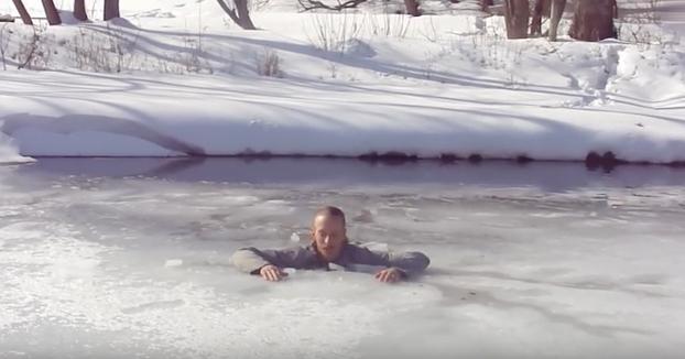 Cómo salir si alguna vez caes en un lago helado