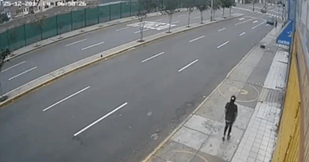 Pierde el control de su coche, se lleva por delante a una mujer y milagrosamente ella sobrevive