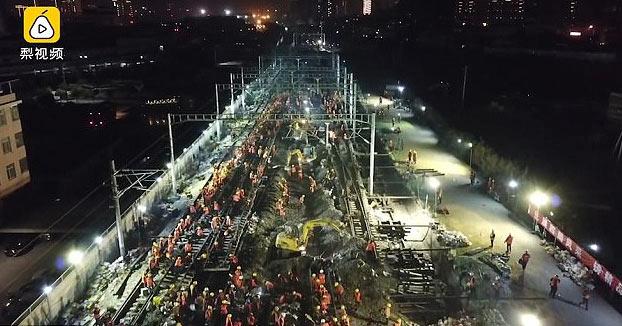 1.500 obreros chinos construyen una estación de tren en 9 horas