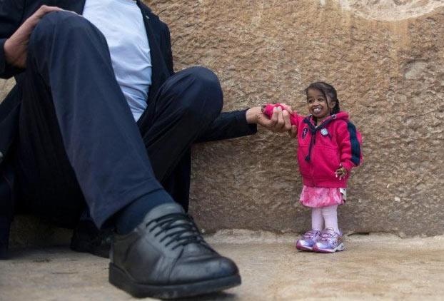La mujer más pequeña del mundo se reúne con el hombre más alto