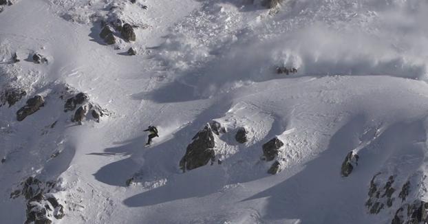 Avalancha de nieve en el corazón de los Pirineos mientras hacía snow