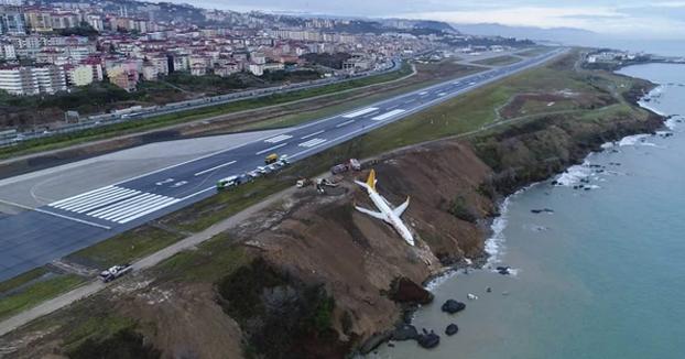 Un avión con 162 pasajeros cae por un acantilado al aterrizar en Trebisonda