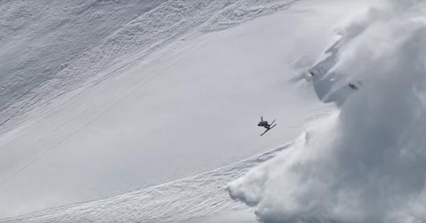 Está a punto de pillarle una avalancha de nieve y aún así se marca este backflip