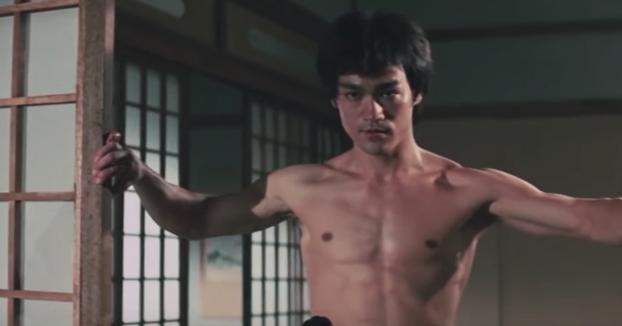 Recrea una pelea de Bruce Lee en Furia Oriental con sables láser