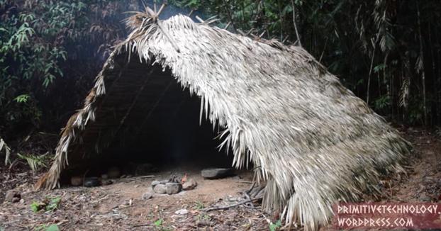 Nuestro primitivo favorito se construye una cabaña con marco en forma de A