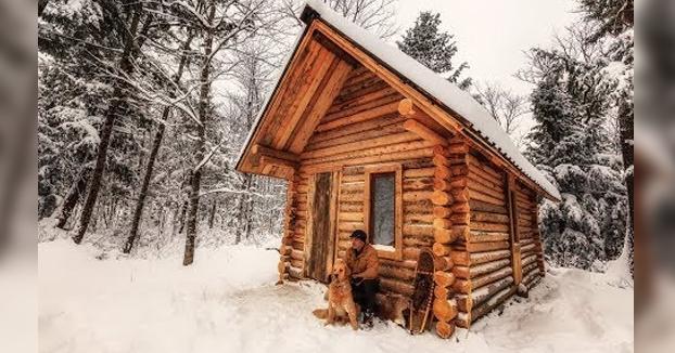 Este tío se construye de cero una cabaña de madera en mitad del bosque y graba el proceso