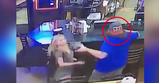 Logra salvar la cerveza y tirar al suelo a una mujer con la caja de nachos