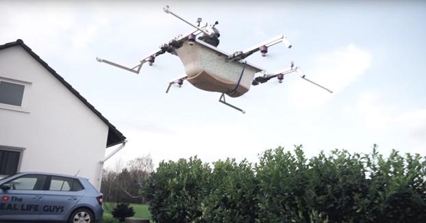 Este chaval se va en su drone-bañera a hacer los recados