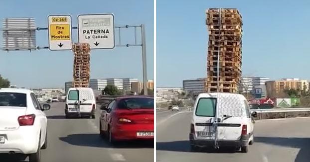 Identificado un conductor por transportar 16 palets apilados en el techo de su furgoneta en Valencia