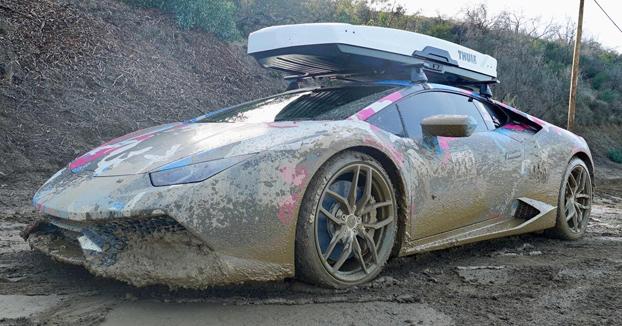 Cuando no tienes otra cosa mejor que hacer que meter tu Lamborghini en un barrizal