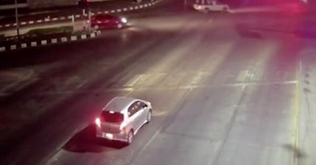 Un motorista muere al chocar de forma brutal contra un coche que estaba parado en un semáforo