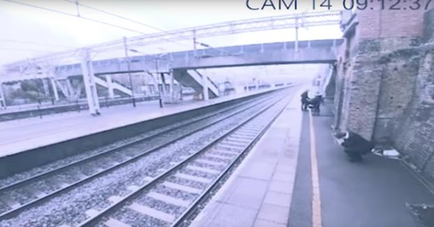Una mujer salva a un hombre justo en el momento en el que se iba a tirar a la vía cuando pasaba el tren