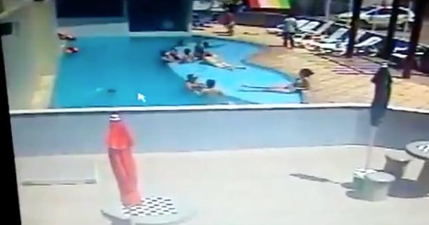 Un niño se ahoga en la piscina mientras está rodeado de adultos que ni se enteran