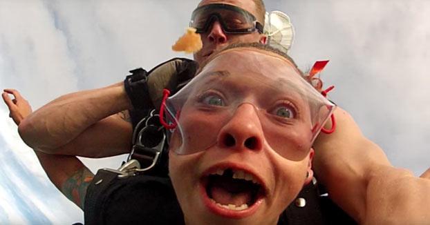Era su primer salto en paracaídas y se le corta el rollo de golpe cuando pierde el diente