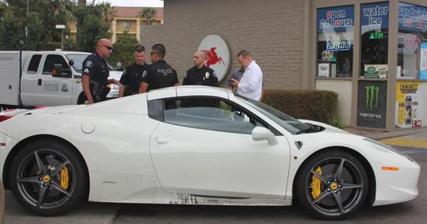 Robó un Ferrari de 280.000 euros y fue detenido mientras pedía dinero para echar gasolina