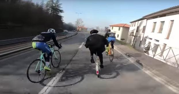 Sacerdote con una bici plegable se pica a toda velocidad con unos ciclistas